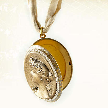Romantic-neck-ivory-locket